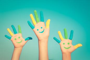 Handen van drie kinderen